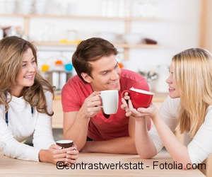 Junge Menschen unterhalten sich bei einem Kaffee.