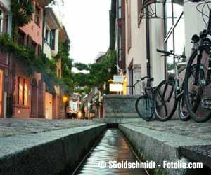 Gasse mit Bächle in der Freiburger Altstadt.