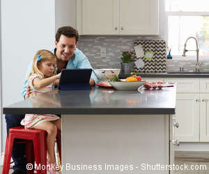 Vater und Tochter sitzen am Küchentisch