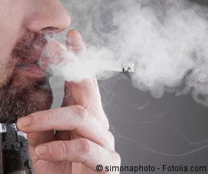 Mann raucht Zigarette