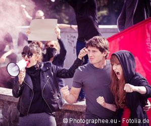 Junge Leute demonstrieren