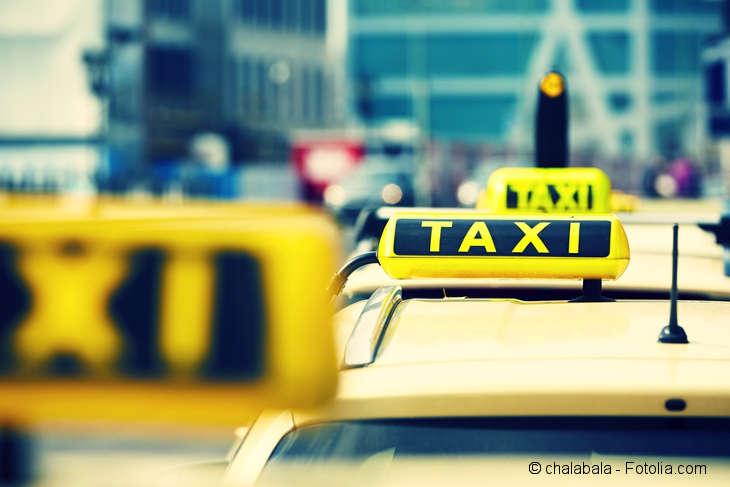 Mehrere Taxis in einer Reihe.