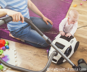 Alleinerziehender Vater und Kind bei Hausarbeit