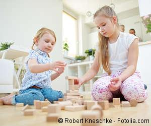 Zwei Mädchen spielen mit Bauklötzen