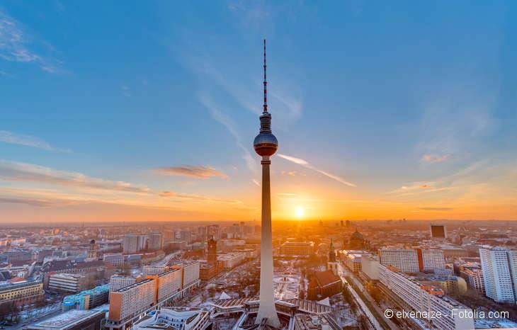Blick auf den Berliner Fernsehturm bei Sonnenuntergang.